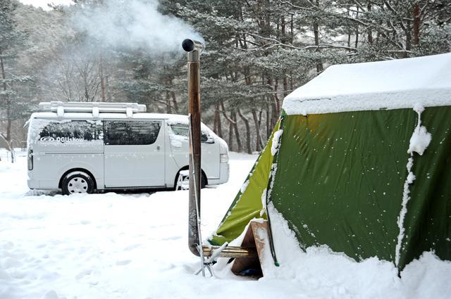 画像: テントと違って、ストーブを車内で使用できない車中泊。AC電源サイトがあるキャンプ場なら電源を車内に引き込み、電気毛布などの家庭用電化製品を使うことができる。