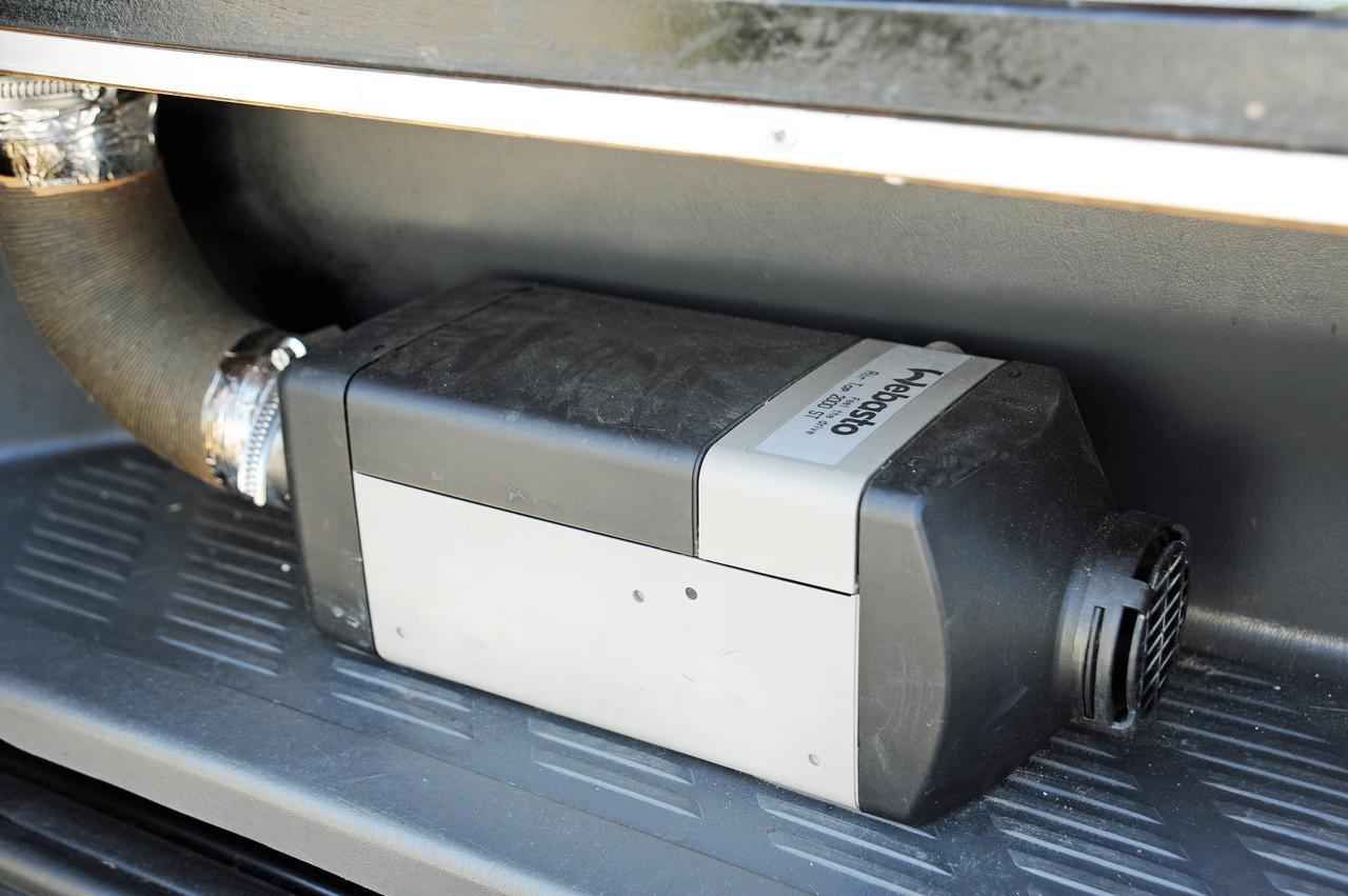 画像: FFヒーターはオートマチックに温度設定を行う機能などもあり、ガソリン消費はひと晩で1リットル程度と低燃費。