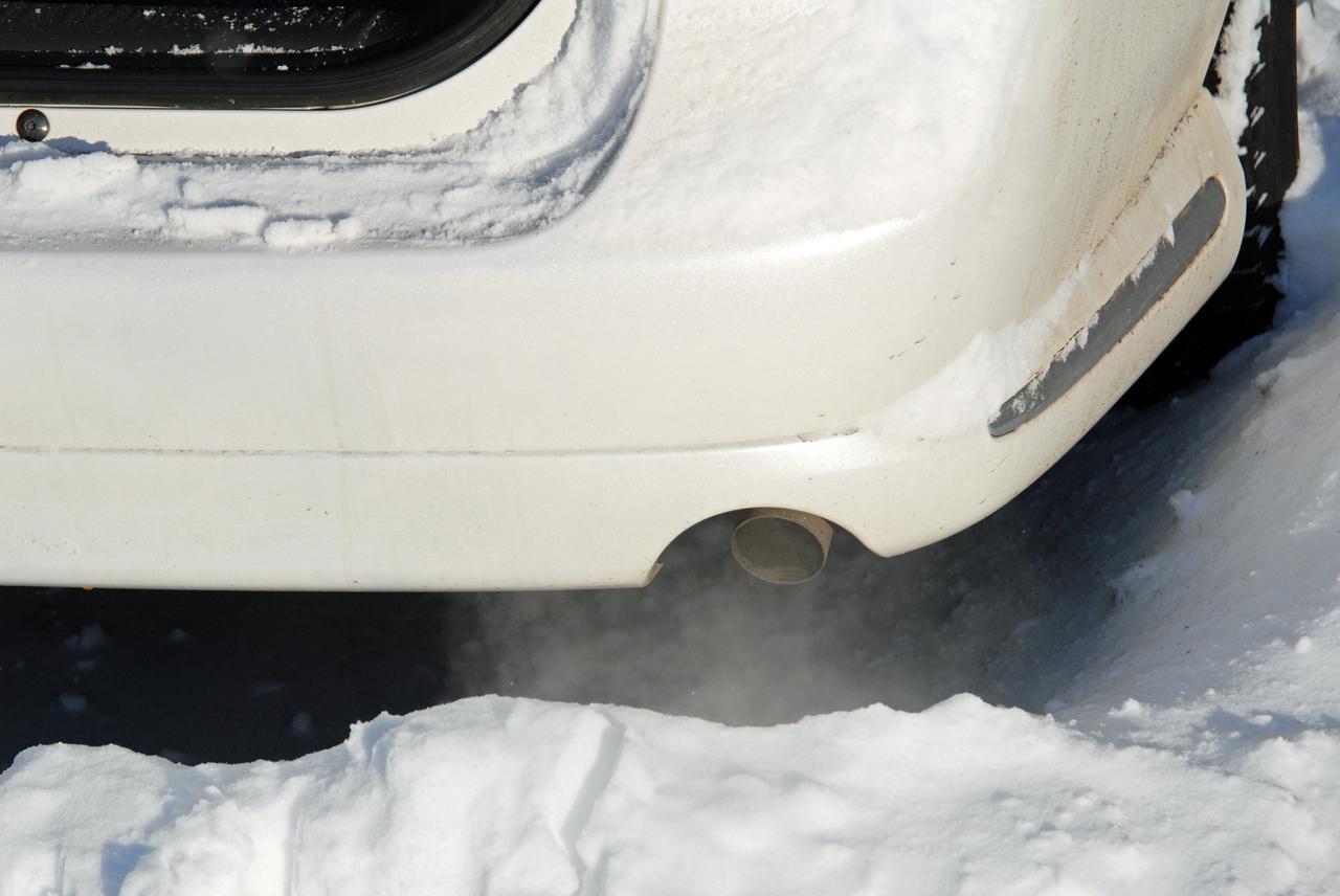 画像: 積雪時、エンジンオンのまま就寝するのは危険。雪でマフラーが塞がれると車内に排気ガスが逆流し、一酸化炭素中毒に陥る恐れがあるからだ。
