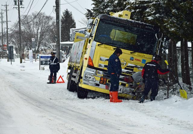 画像: 万が一の事態を避けるためにも、雪道運転は慎重に。スタッドレスタイヤを装着していても、チェーンは必携だ。