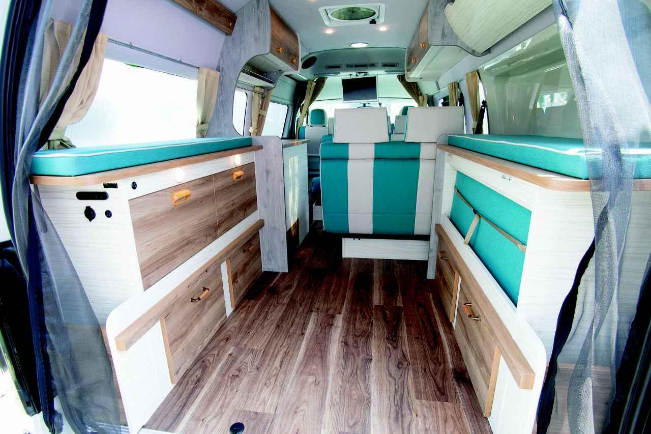画像: 後部のベッドマットをシェルフに収納すれば、荷室は広大に