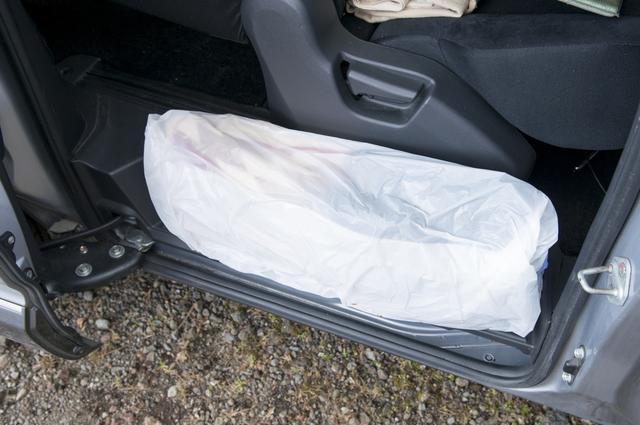 画像: ステップ部の防寒対策。出入りの際は外す必要があるが、ビニール袋が1枚あれば身近なものを流用でき、簡単に防寒対策ができる