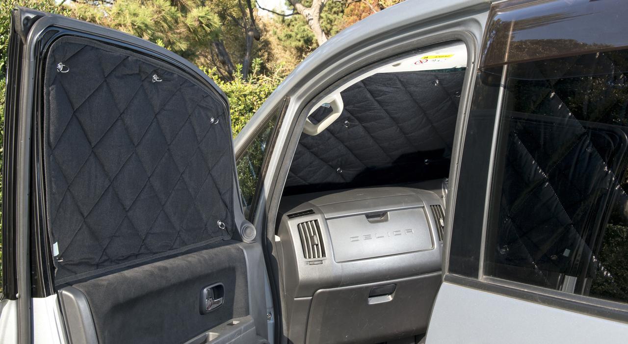 画像: 断熱性に優れたアイズの「マルチシェード」が人気。ほか、銀マットを窓の形に切ってDIYシェードを作ったり、内張り全体をフリース布などで覆ってしまう防寒対策も