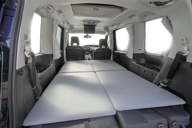 画像: オプションのアンダーベッド(86,400円)を使えば、車内に大人2名分の就寝スペースを作ることができる