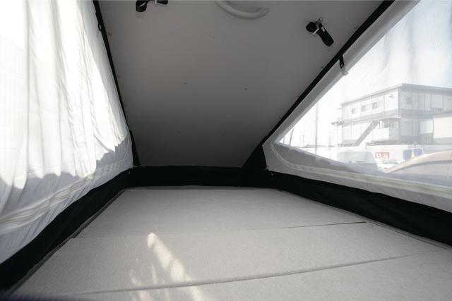 画像: ポップアップルーフの中は大人2名分の就寝スペースを確保