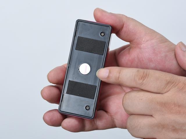 画像: 背面のマグネットで金属部に装着可能。吸着力はやや弱めか