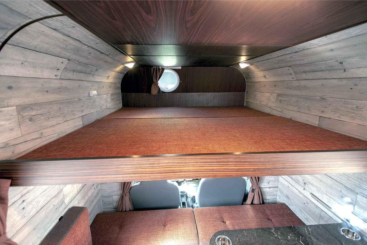 画像: バンクの床をスライドさせてマットを敷けば、2名就寝の広いベッドに