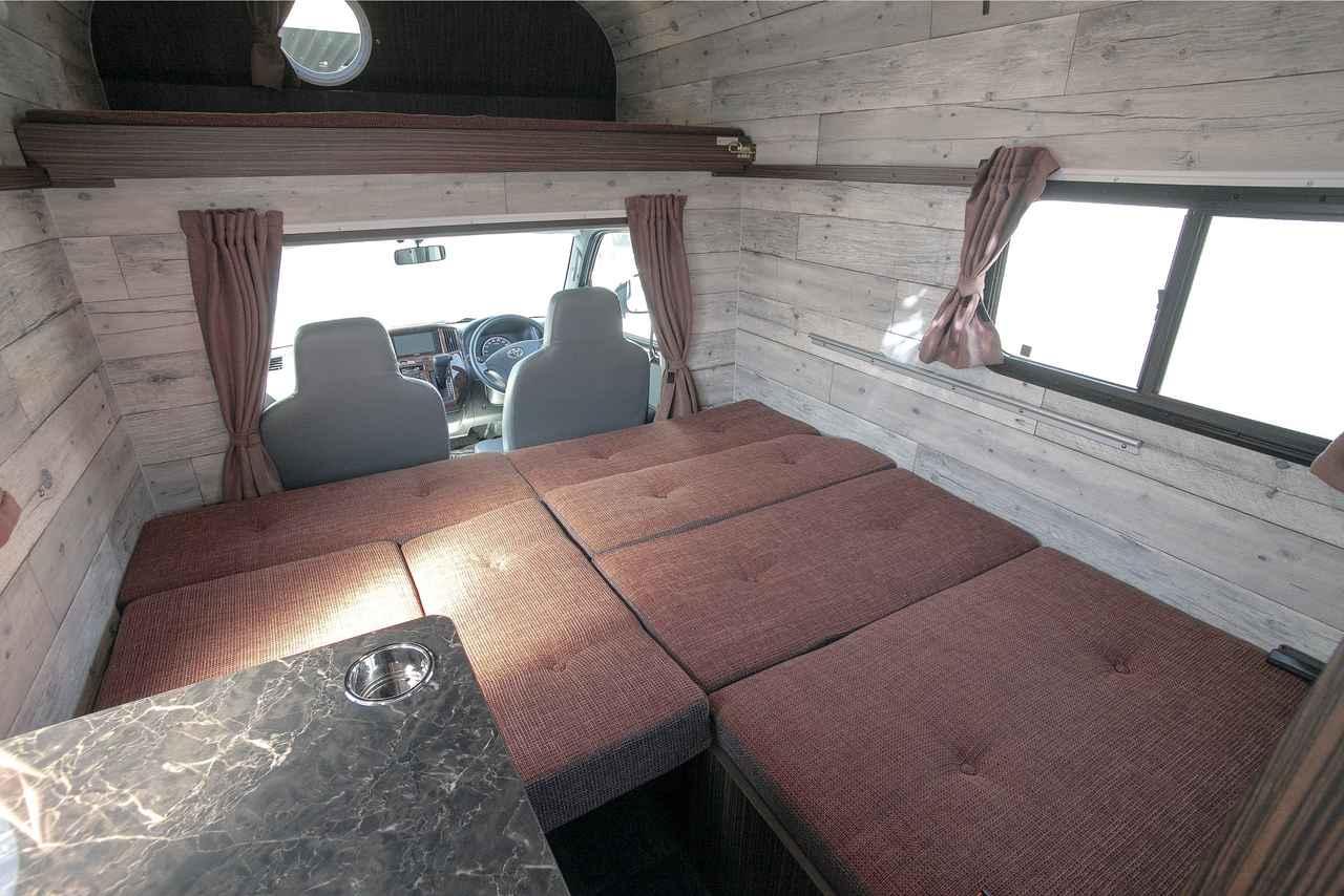 画像: ダイネットスペースのベッド展開時。冷蔵庫の分だけ、ベッドが小さくなる