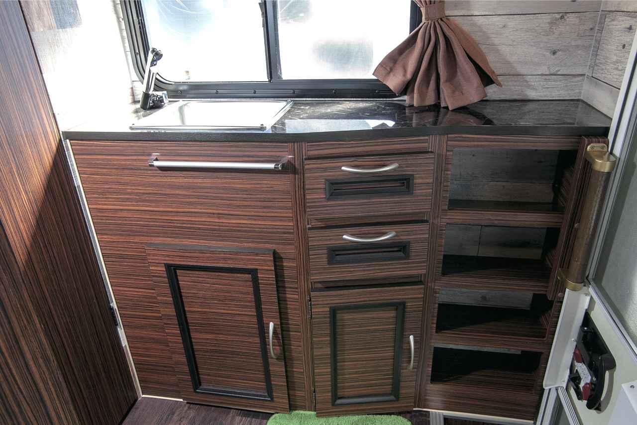 画像: ギャレーや収納家具は後部の入り口を入ってすぐの所に設置されている