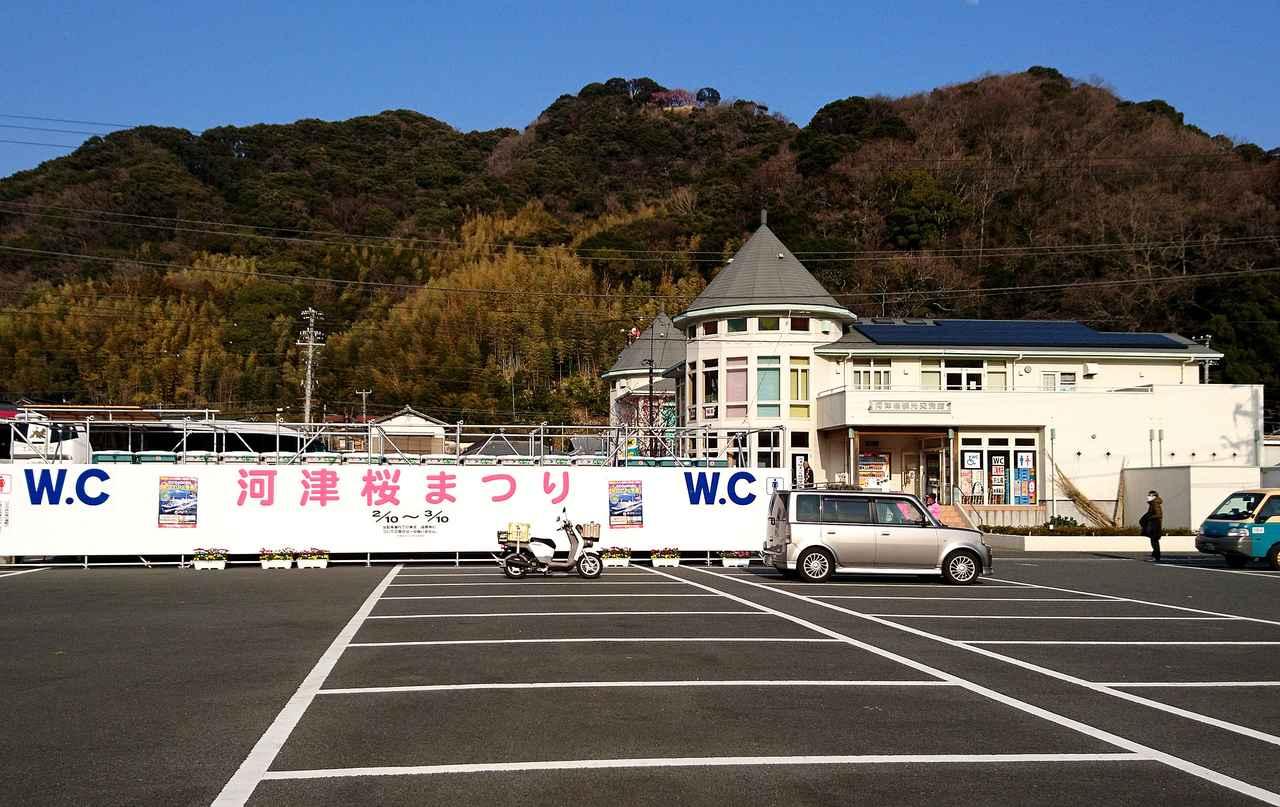 画像: 会場には観光バス専用駐車場と観光案内施設がそろう