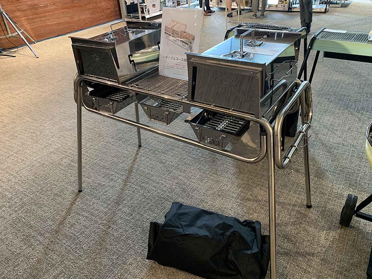 画像: 火床が3つあり、オーブンやスモークもできるグリルカバーが2つ付属する「LOGOS CHEF グランチューブラルグリル」はバーベキューパーティに最適。68,000円