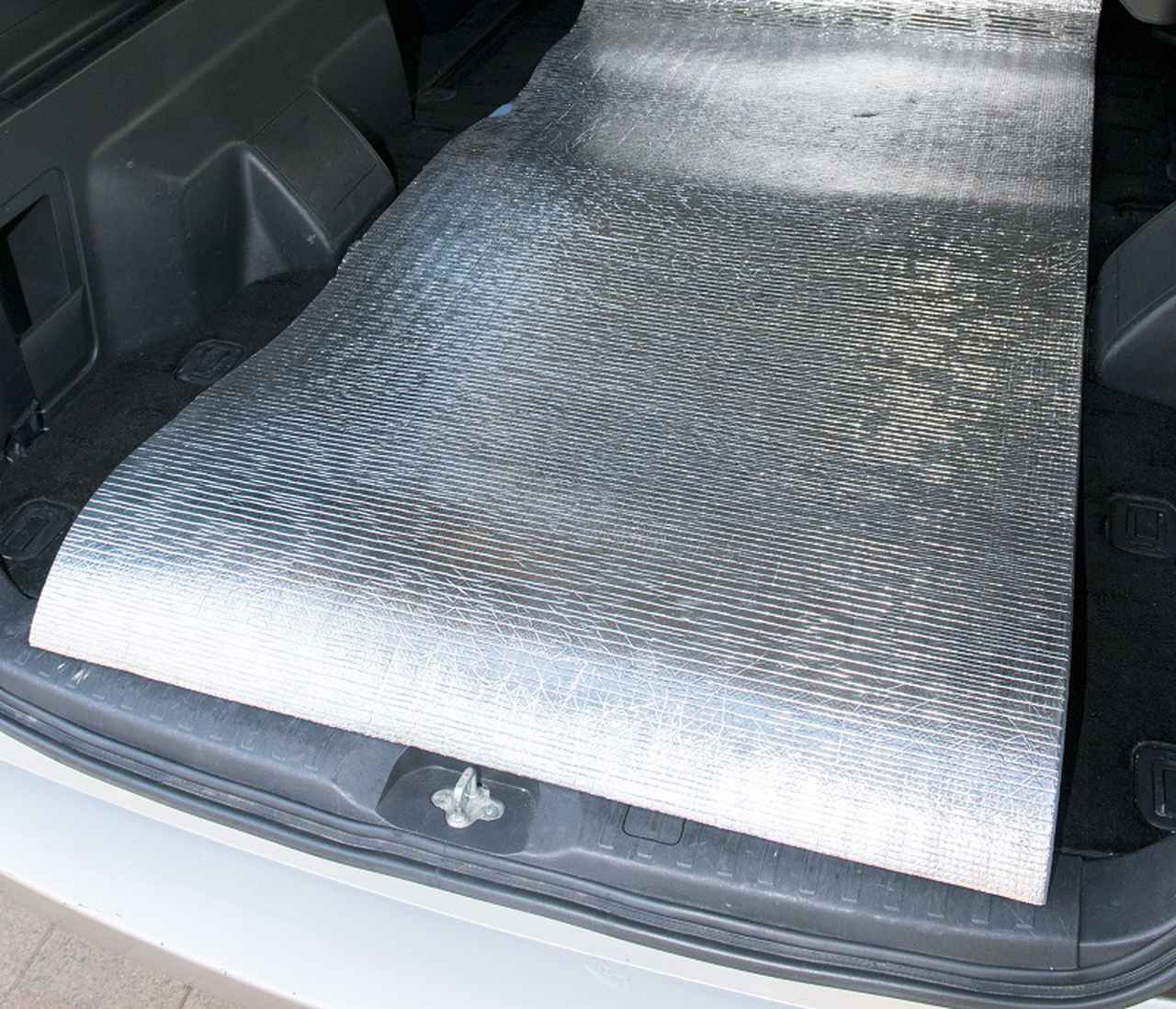 画像: 安価で気軽に買える銀マット。寝心地を重視するなら、車中泊用やキャンプ用のマットやベッドを買うのがおすすめ。
