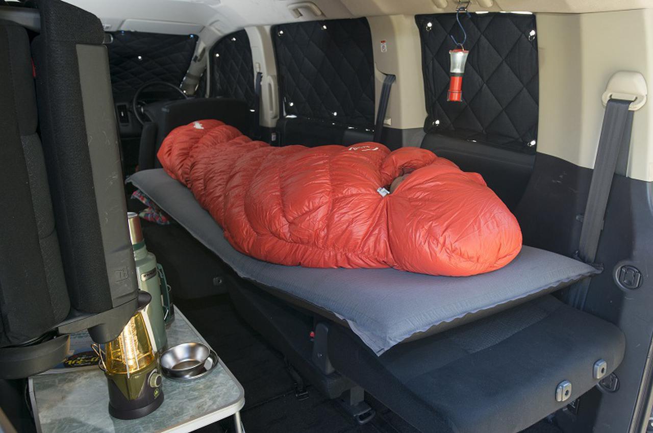 画像: カーネル編集部員は、モンベルのダウンハガー#0やバロウバッグ#1を冬車中泊で使用している。