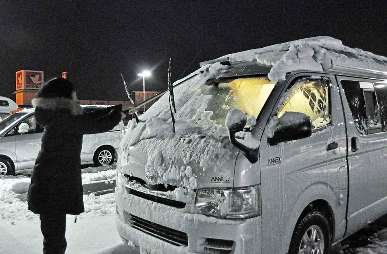 画像: 冬の車中泊は防寒対策が必須。