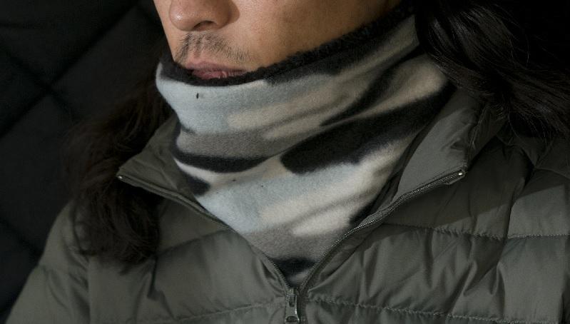 画像: ネックウォーマーで首を温めるのも効果的。加えて、体の熱を放出しやすい頭も、ニット帽などで保温。