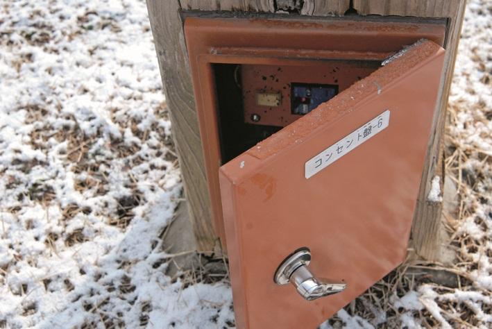 画像: オートキャンプ場の電源サイトを利用するのも手。屋外延長コードで電気を引き込み、電気毛布などで暖まれる。