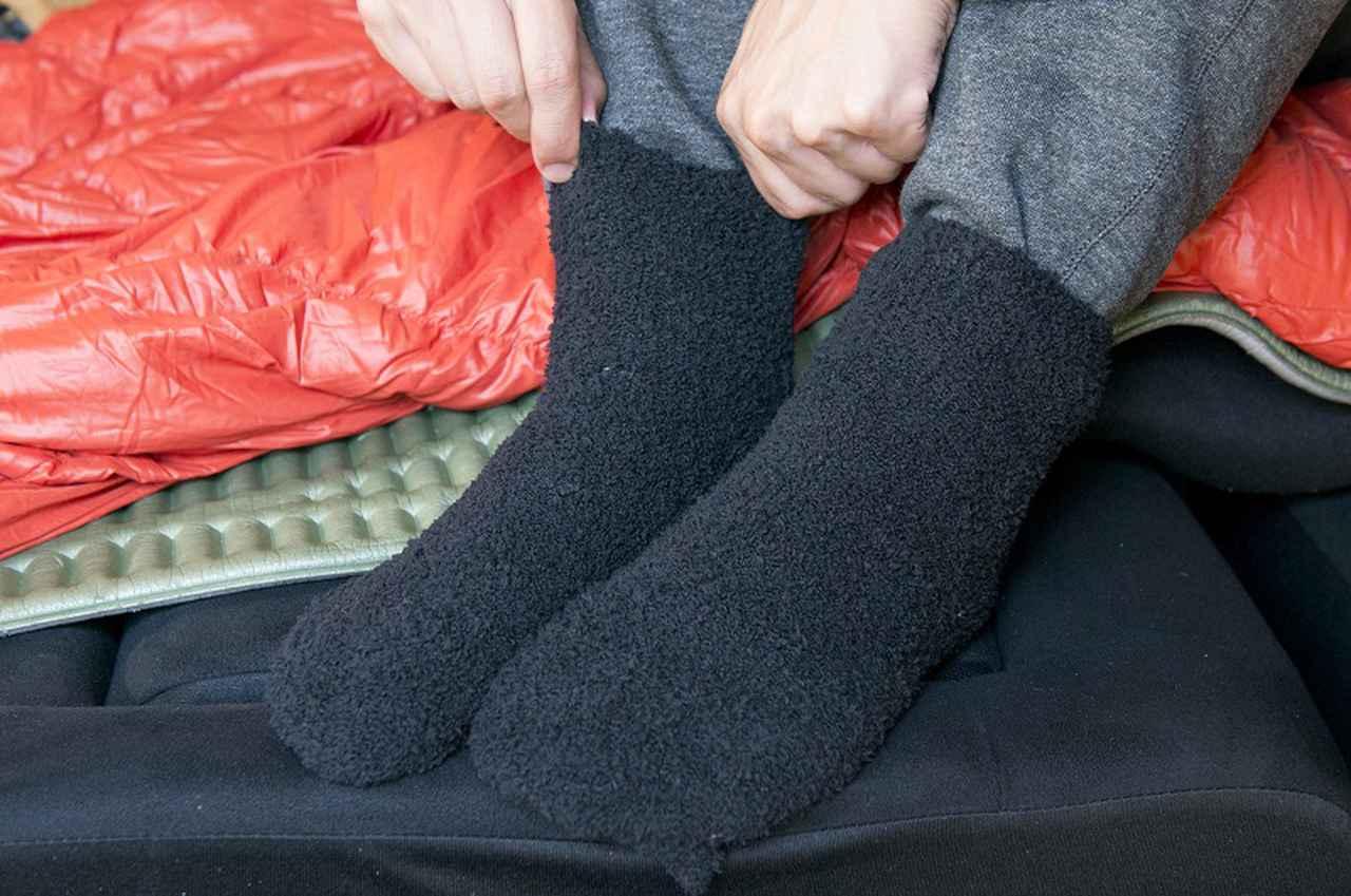 画像: 就寝時は、ゆるめのソックスやレッグウォーマーなどで足首の保温を。