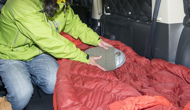 画像: 低温やけどを防ぐために、寝袋に入り込む前に湯たんぽを、体に触れない場所に移動しておこう。