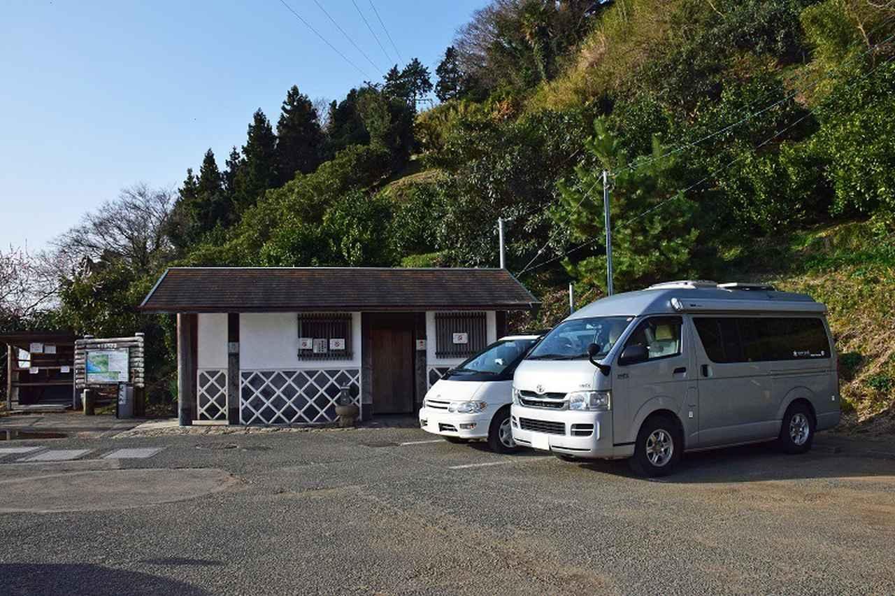 画像: 駐車場のキャパは8台程度。トイレあり。