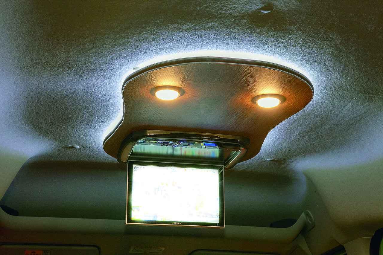 画像: 飾り天井付きフリップダウンモニター(110,000円)は、間接照明とダウンライトが付いている。車内をムーディに演出。