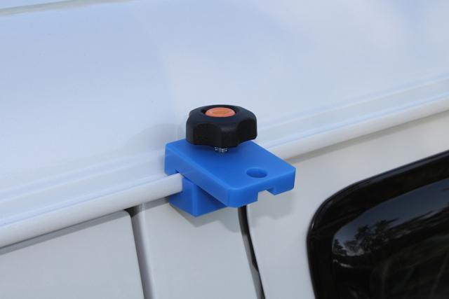 画像: 接続は、ボディを傷つけにくいMCナイロン製のフックをレールモールに挟むだけ。オプションにてサイドウォールも販売している。