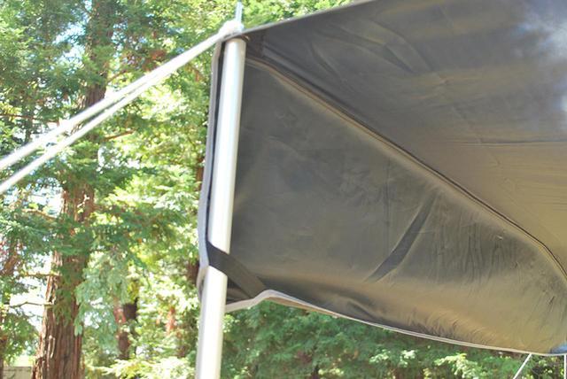 画像: コーナー部にループが付属。ポールに通せば、生地のバタつきを抑えられる。