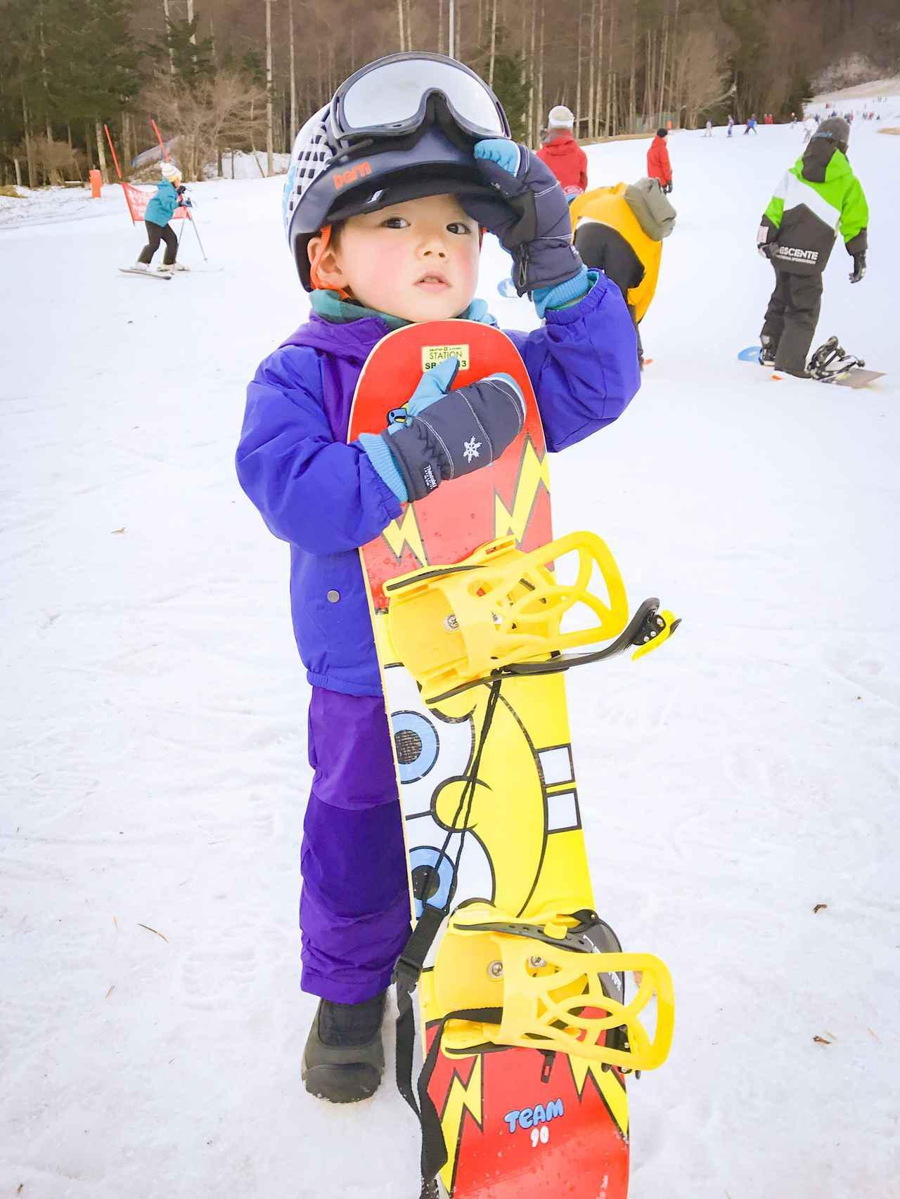 画像: 3歳のアリ。スノーボードデビューの日。