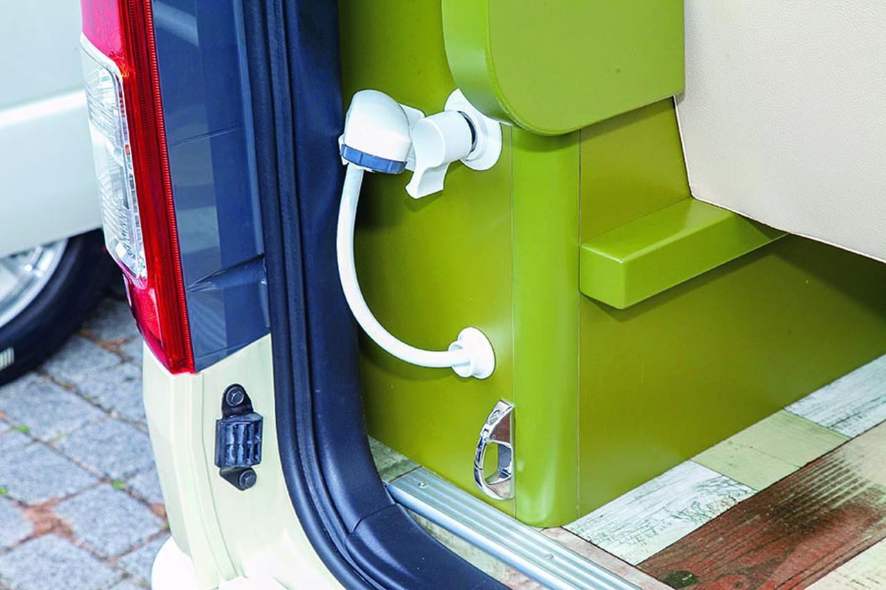 画像: 後部左には、足洗い用のシャワーとリードフックを装備。