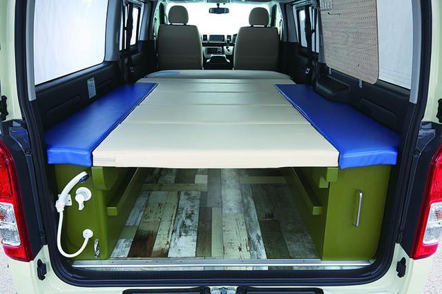 画像: マットの展開を変えることで、ダイネットやベッド、ソファーなど快適な空間に自在に変化させられる。ベッドは大人3名までなら余裕で対応できそうだ。