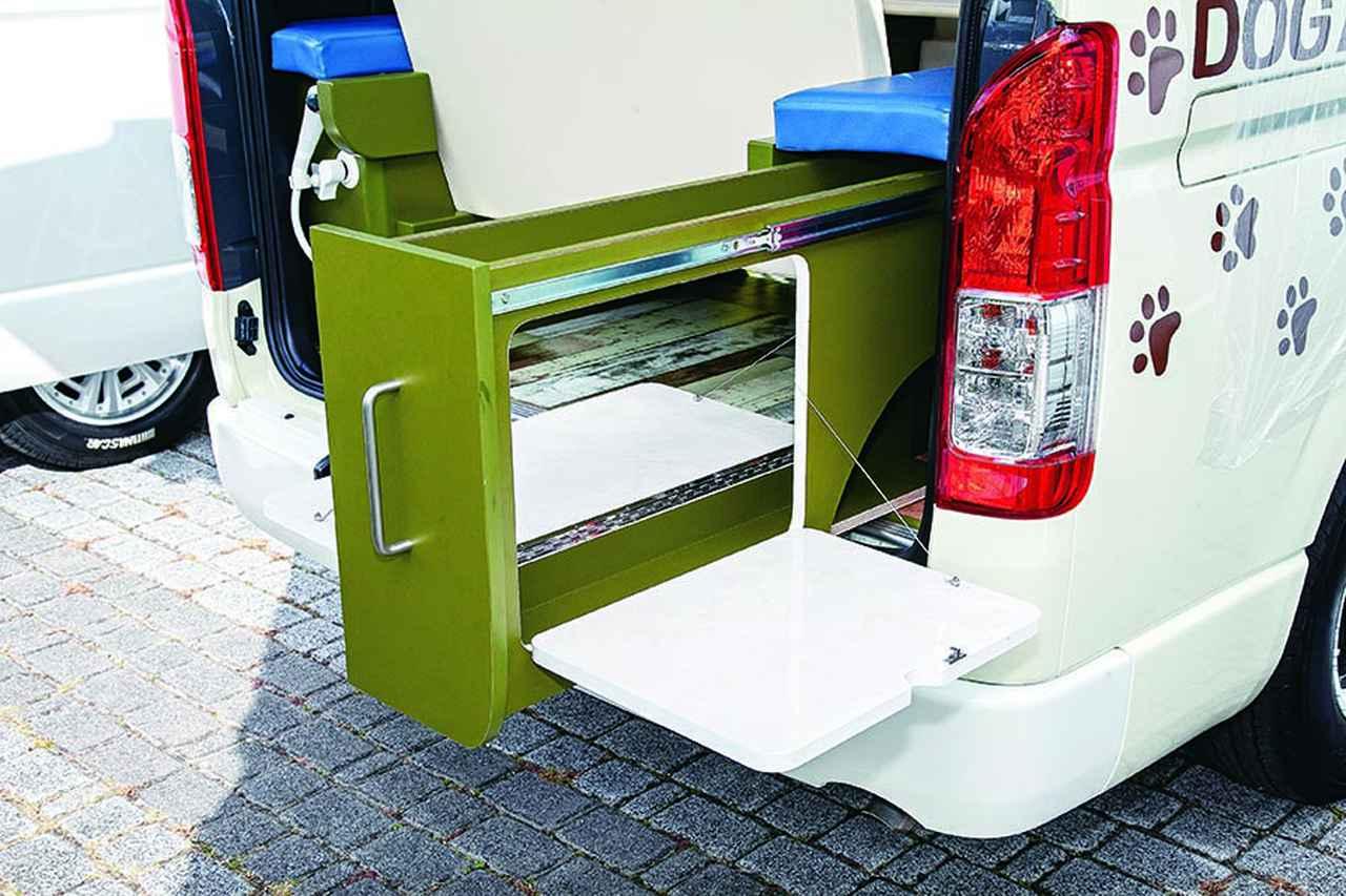 画像: シート下の引き出しをスライドさせて、左右に開くとテーブルに。