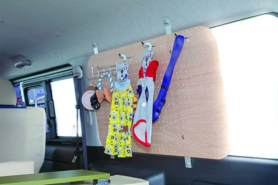 画像: リードや服など愛犬用のアイテムを整理するのに便利なウインドーパネル。