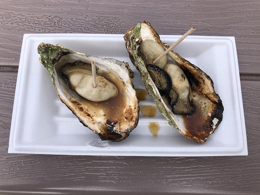 画像: 広島といえばカキ! ということで宮島SAではカキフライ定食に続いて、露店の「焼がき」も食べた。一皿2個で580円なり。
