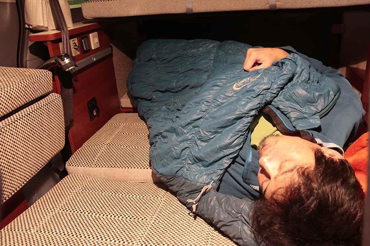 画像: 山口県・佐波川SAにて車内で仮眠。フラットにはなったが、大きな隙間が……。「なんかシートアレンジがまちがっている」と感じながら、睡魔には勝てず。
