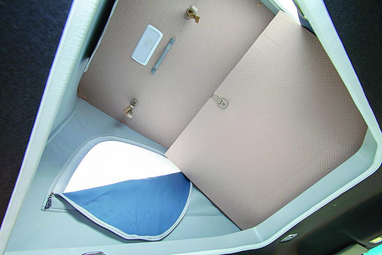 画像: ポップアップテント内は大人2名用の就寝スペース。