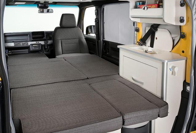 画像: Cabinには、後部両側に収納家具とギャレーが装備される。