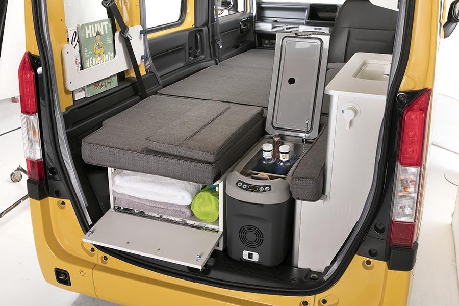 画像: 持ち運び可能なDC12Vの本格的な冷蔵庫。バーベキューやキャンプにも重宝。