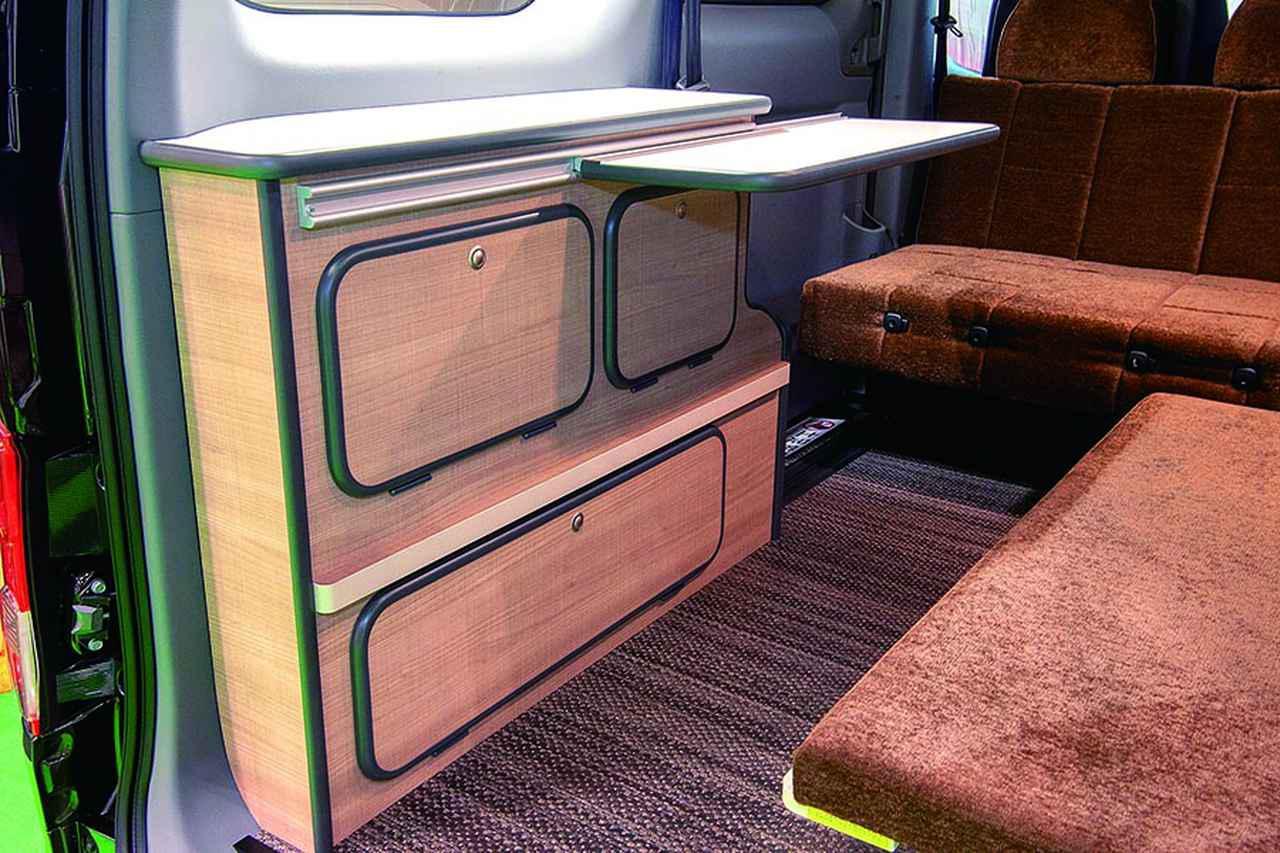 画像: キャビネットには脚なしテーブルを付属。収納も豊富だ。
