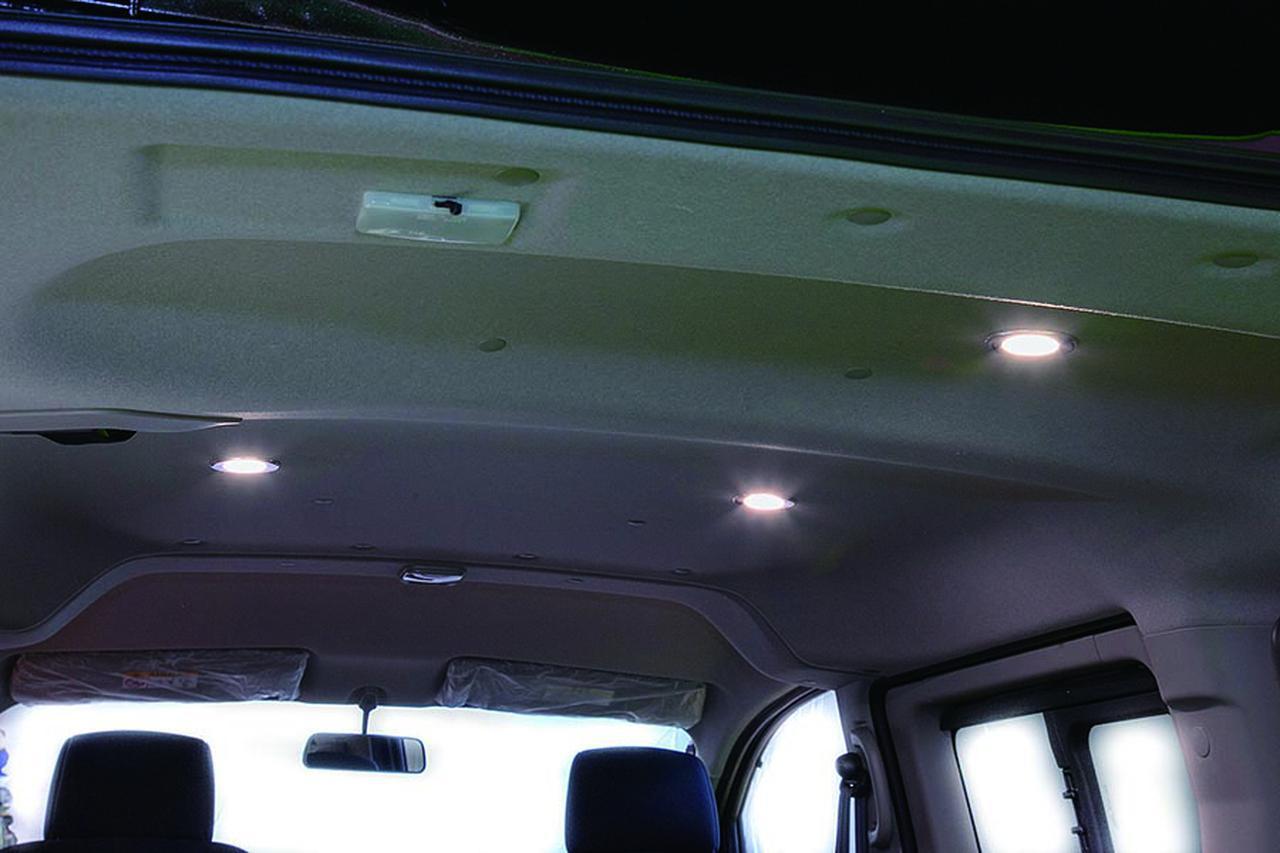 画像: 天井にはリラックスムードを演出するダウンライトを装備。