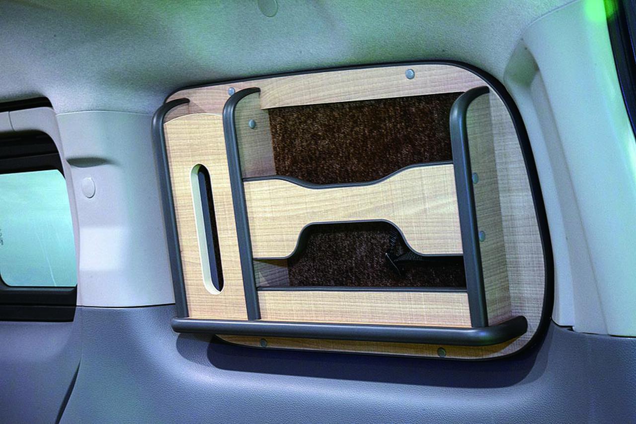 画像: 雑誌やティッシュボックスが入れられるラックは、車中泊には便利な装備。