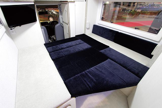 画像: スライドアウトしてベッドマットをはめ込めば、快適な寝室ができあがる。