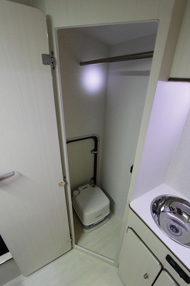 画像: リヤ右側には多目的ルームを装備していて、オプションのポータブルトイレを収納できる。