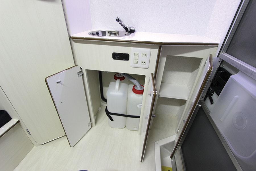 画像: リヤ側にシンクを装備し、下段には19Lの給排水タンクのセットOK。
