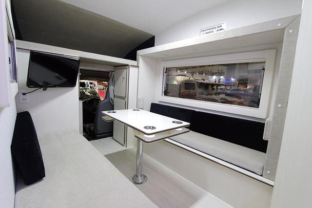画像: スライドアウト部分を収納している状態。窓の上部や運転席後方の棚を見ると、その差が分かりやすい。