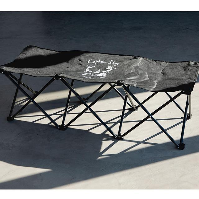 画像: 広げるだけで組み立てができる3人掛けベンチ。ベンチ自体は黒を基調としたデザインだが、収納袋はアイボリー基調でキャンプシーンを描いた総柄デザインを採用。3人掛け ベンチ 6,490円。
