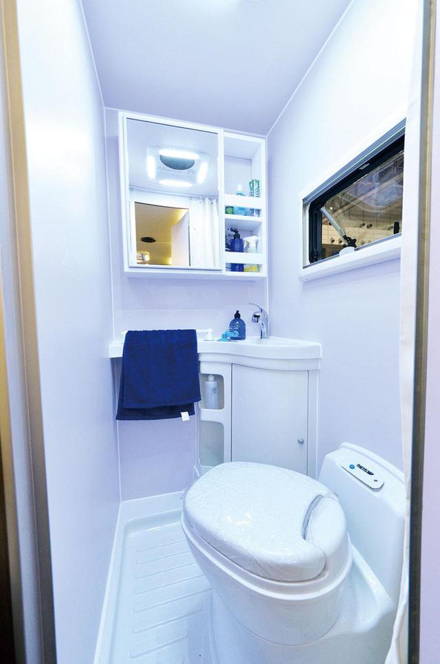 画像: 温水シャワーが使える広いバスルームを設置。
