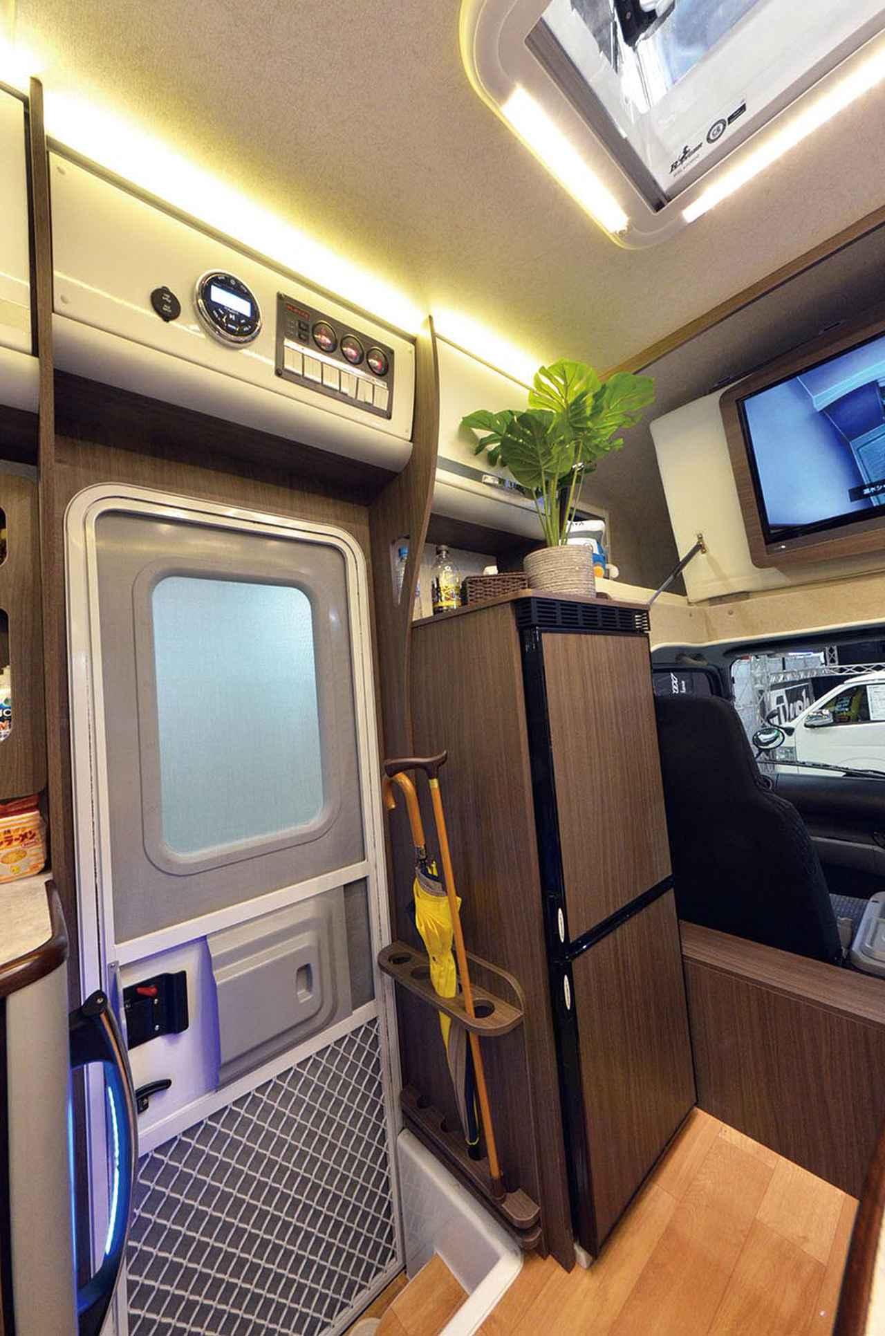 画像: 大型冷蔵庫は内容量148Lもある。エントランス上部にはバッテリー電圧計、給水残量計、排水量計、Bluetooth接続オーディオが組み込まれている。