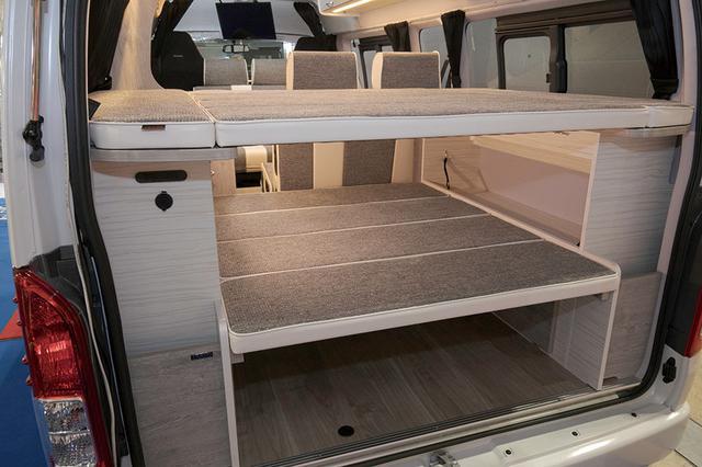 画像: 後部は2段のロフトスペースとなっている。2枚の天板を自在に使うことで物置きスペースやメインベッドの延長スペース、完全な荷室など、様々な用途に充てることができる。