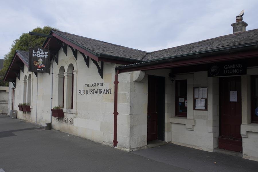 画像: 1867年に建てられた初代郵便局は、「The Last Post」という名のレストランに。そこで、ビールとともに「チリ・チキン・サラダ」を頬張る。