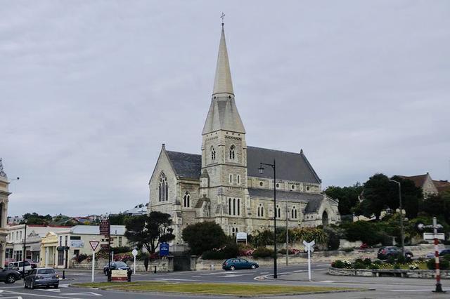画像: そびえたつ尖塔は、40m近くある、という「セントルークス・アングリキャン教会」。1865年に建設がはじまり、1922年に現在の姿になったという。