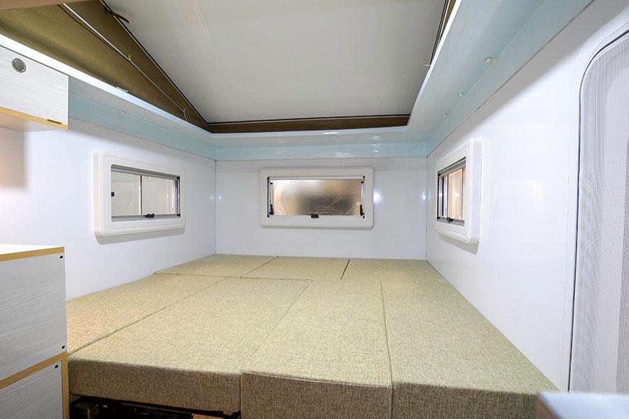 画像: ベッド展開はマットを並べるだけと簡単。